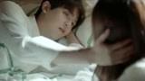 彗星来的那一夜:小小坐床边,程浩睁眼问是不是挤着你了,轻吻额头超宠溺!