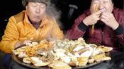 兴森一家:父子二人宵夜吃点烤五花肉,放点蘑菇,海鲜,干菜