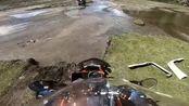 表哥带我去郊区骑摩托玩越野,他顺利的通过了小河,我停在了水里