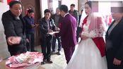 江西农村结婚,礼金搞得有点大,一会就收了一脸盆