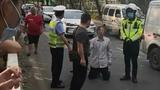 50岁男子未佩戴头盔被罚2000元当街下跪 警方:涉嫌非法营运