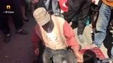 他装残疾人行乞被揭穿,裤里有机关