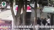 #西宁路面塌陷少年救人坠入坑中,有网友表示,救人的小男孩已被救出!