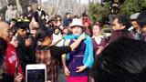 郑州人民公园尬舞直播因低俗被叫停 园方称花草践踏严重