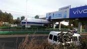 哈尔滨飞机运输过程中卡在桥下