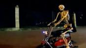 半夜三更一具骷髅骑着车跟着路人追!吓得魂儿都快飞了