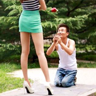 """屌丝求婚,女神命令同时出剪头石头布,结果居然是这样的!一切皆有可能~《美腿传奇》欲看完整影片,等登录www.bale.cn,搜索""""美腿传奇""""。"""