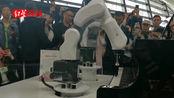 """""""互联网之光""""博览会 5G机器人演奏《茉莉花》"""