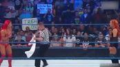 拳场变秀场!WWE女子上衣掉落   捂着胸口尴尬离场