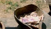 爷爷和花生活困难,村民有钱的捐钱,没钱的捐粮食,儿媳倍感羞愧