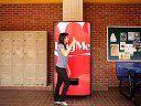 可口可乐贩卖机,www.27qq.com不吃硬币吃拥抱