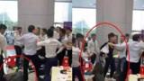 小情侣为拍视频,拿麻将牌三张八万买车,被店员殴打
