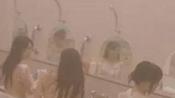 女子澡堂视频直播 身旁女子一丝不挂