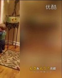 玩疯了!美1岁男婴亲吻镜中自己30分钟