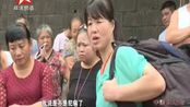 圈·现场:大巴车上女子突然发病,乘客展开急救——众人进行简单急救 女子抢救无效身亡