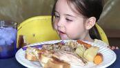 【The Candoos】可爱小天使吃烤面包块手撕鸡香肠~吃得真可爱~~w