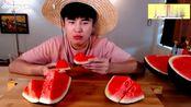大肚王哥哥吃大西瓜,红瓜真的很甜,吃起来真的很愉快。