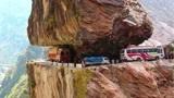 """印度有一条""""死亡公路"""",最窄的地方仅宽三米,司机从不敢超车"""
