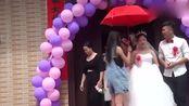 广西一帅哥结婚,带着新娘去拜祖屋,谁配的这首《花桥流水》