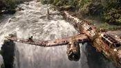 古墓丽影源起之战 劳拉跳进河水里惊险逃生 在瀑布上玩跳伞