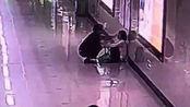 女子连续加班1个月在地铁崩溃大哭,陌生人拥抱给她安慰