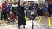 美女街头艺人演唱《漂洋过海来看你》引来星探!