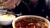 老外3分钟就吃完一盘夫妻肺片,称一盘完全不够吃,感叹中国美食
