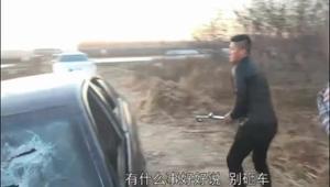 无赖司机撞倒卖菜老人拒绝赔偿还动手 正义哥暴揍无赖怒砸车