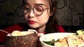 上海小姐姐吃椰子冻和棒棒鸡,一顿宵夜就吃这么多,谁养得起