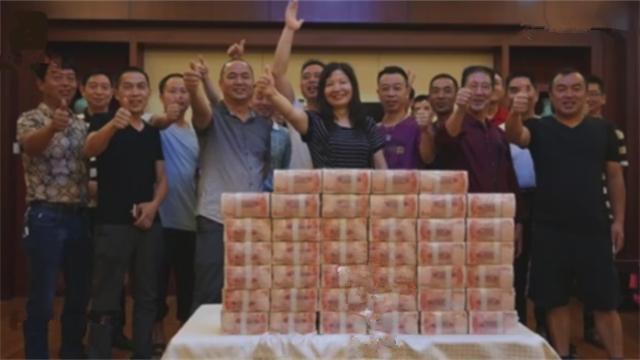 31人合买彩票中584万 不戴口罩与现金合影
