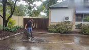 暴雨过后院子里被水淹了,揭开井盖的那一瞬间,强迫症看着好舒服
