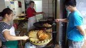 武汉夫妻开店卖小吃16年,现炸现卖2.5一个,顾客排队购买