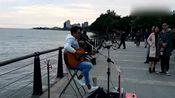 台湾街头歌手吉他弹唱朴树的《平凡之路》,好歌曲两岸三地都会火