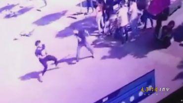 监拍:四川峨眉山一职校学生因纠纷 当街买刀砍断同学手腕