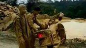 骑摩托失手 变身兵马俑