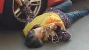 【河南】老太碰瓷保时捷被群众抬走 车主要给500被拦住-爆蕉头条—社会现场-爆蕉头条