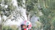 给骑摩托的小姐姐点个赞,在红路灯面前遵守交通规则!