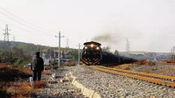 醉汉铁轨上摆百斤重大石 79岁大爷一路狂奔救下一列火车