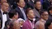 演员陈伟霆在华表奖台下真是时而大佬时而乖!