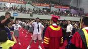 毕业生在校长面前尬舞,注意校长的表情