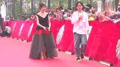 《歌手2018》决赛在即,沈梦辰深V黑色裙装美极了