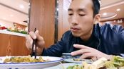 张先生在一线城市吃快餐大食堂2荤1素消费了30多元了,味道一般这快餐有点贵哦