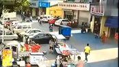女孩上了摩的车后,监控拍下司机无耻的举动.