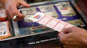 男子买彩票中16亿一个月后才去领奖 当场放弃5亿
