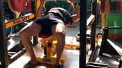 窄距卧推100公斤x3,102.5公斤x4,107.5公斤x2