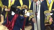 香港理工大学博士毕业典礼 校长拒与戴口罩毕业生握手合影