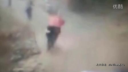 监拍四川峨眉山景区道路落石砸伤大学生 场面惊险令人担心