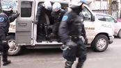 加拿大蒙特利尔市防暴警察开始镇暴