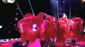 明星娱乐:何洁场上红装深情演绎《稳稳的幸福》,太美了!