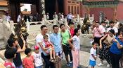 刘烨逛故宫被粉丝偶遇包围 抱小粉丝合影毫无明星架子